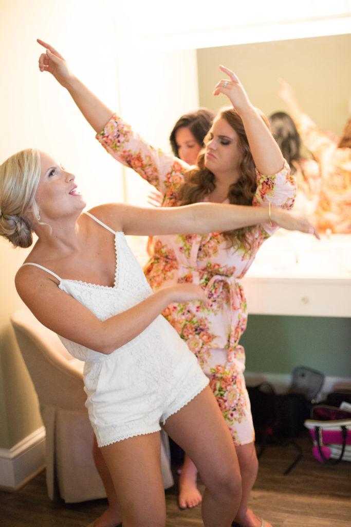 bridesmaids-dancing-be-yourself